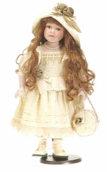 Fata cu rochie crem, palarie cu flori si