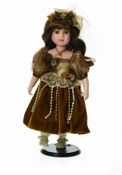 Fata satena in rochie de catifea maron -