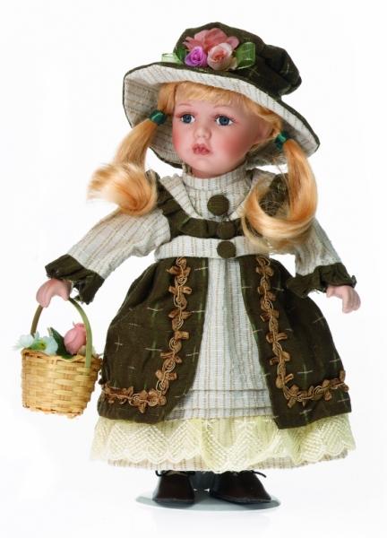 Fetita blonda cu codite in rochie verde,