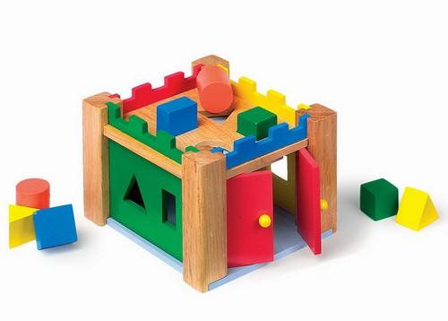Castel din lemn cu forme de sortat