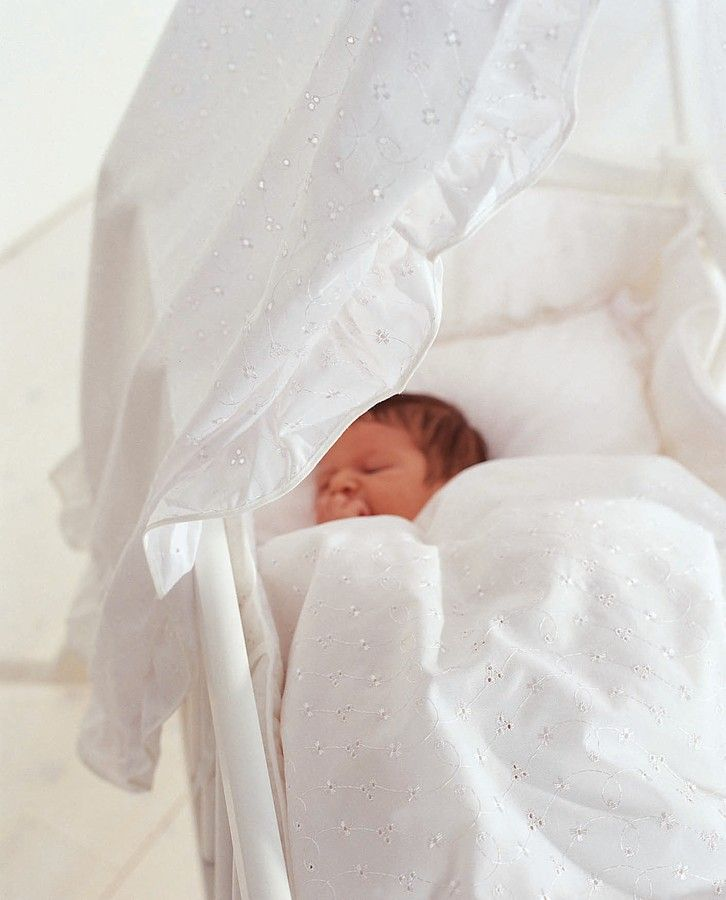 Aparatoare patut bebe alba cu broderie englezeasca Baby Dan