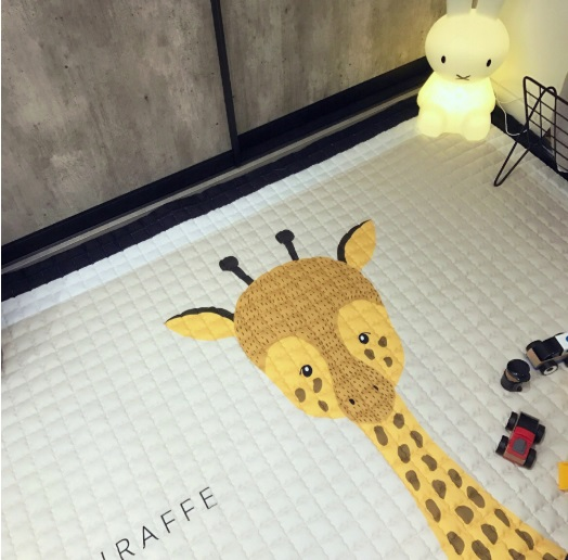 Covor textil cu umplutura si jucarie Giraffe 100x150x2 cm