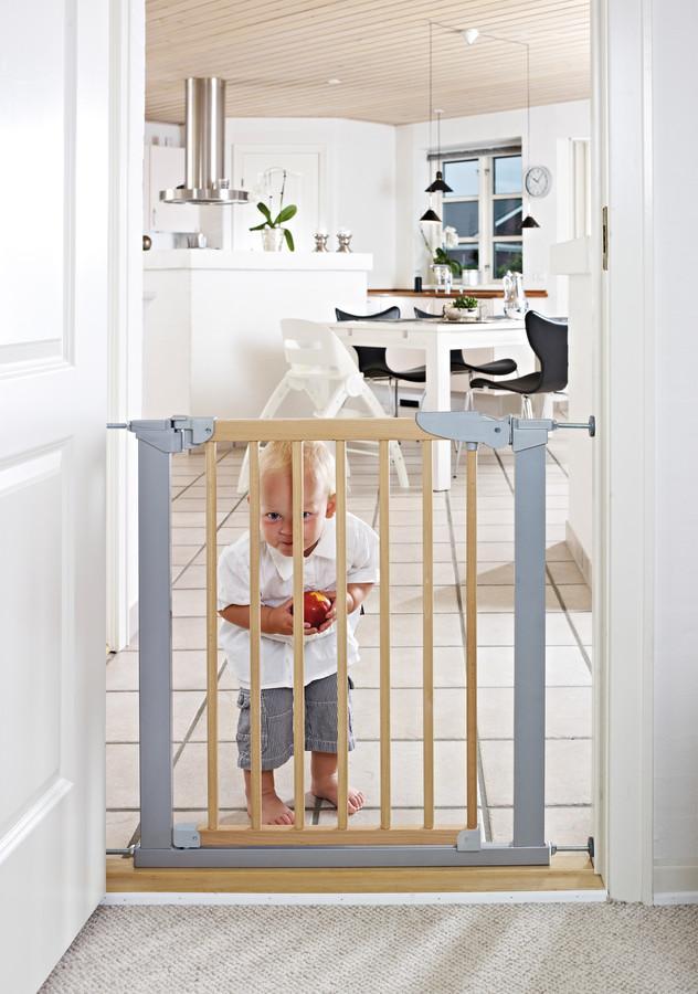 Poarta de siguranta cu fixare sub presiune si o extensie Avantgarde BabyDan natur