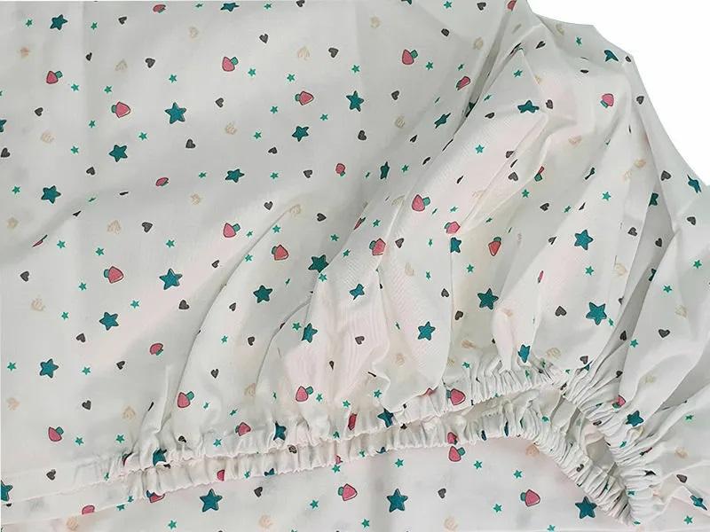 Cearceaf cu elastic patut bebelus 70x120 cm imprimat cu stelute Lumea stelutelor