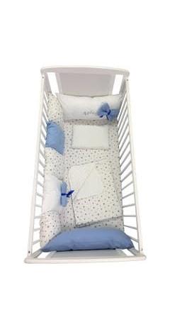 Lenjerie personalizata cu aparatori din 7 pernute pufoase Albastru stelute albastre pe alb 120x60 cm